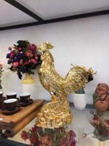 Tượng gà trống dát vàng