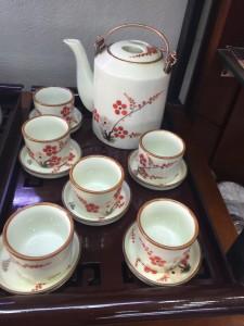 Bộ ấm tích vẽ hoa đào đỏ men kem 06