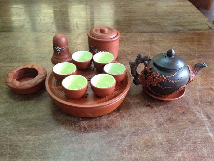 Gồm 1 ấm trà, 6 chén, 1 khay, 3 phụ kiện