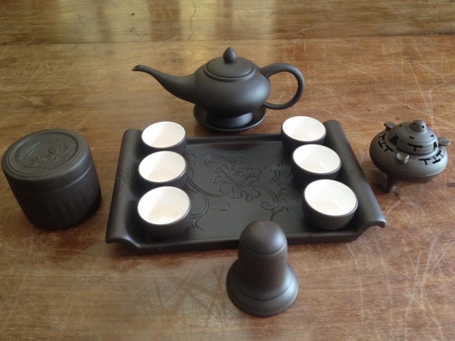 Gồm 1 ấm trà aladin, 6 chén lòng trắng,1 khay sứ chữ nhật,3 phụ kiện