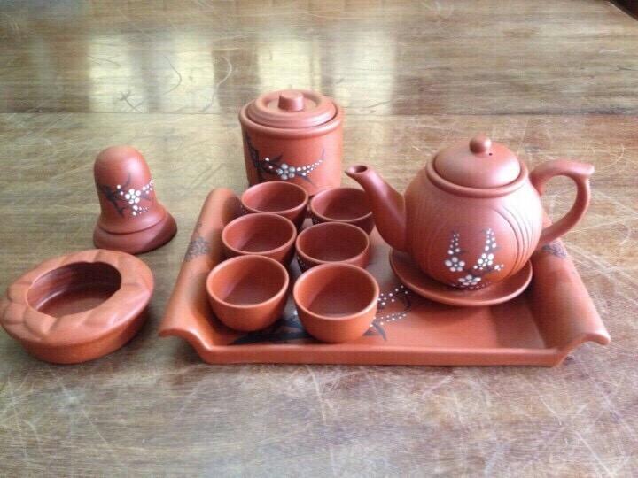 Gồm ấm trà vẽ hoa đào, chén ko tráng men, khay chữ nhật, 3 phụ kiện