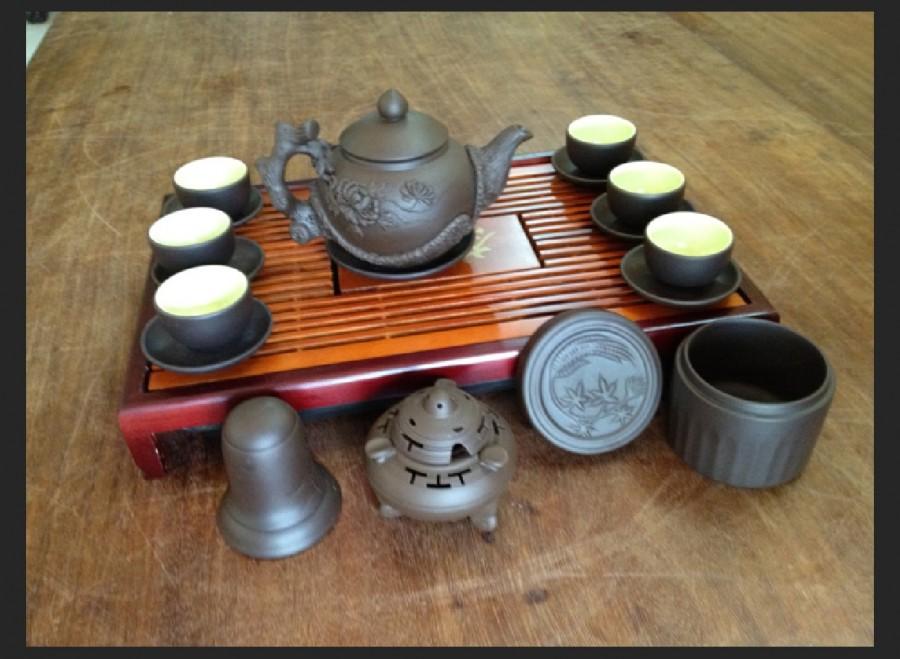 Gồm bộ ấm trà đắp nổi hoa phù dung, khay gỗ, 3 phụ kiện