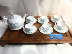Bộ ấm trà bưởi cành vẽ hoa sen chủ bao khay gỗ