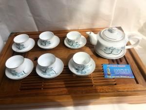 Bộ ấm trà vai vuông vẽ hoa sen chỉ vàng khay gỗ
