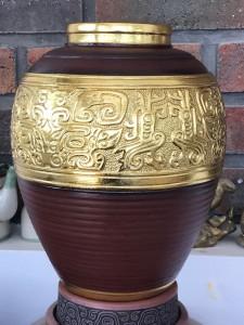 Bình gốm dát vàng